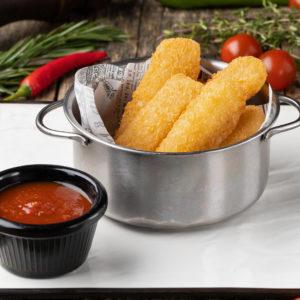 Сырные палочки с острым томатным соусом